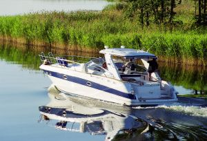 358823_motorboat_on_lake.jpg