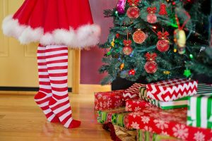 decorating-christmas-tree-2999722_1920-300x200